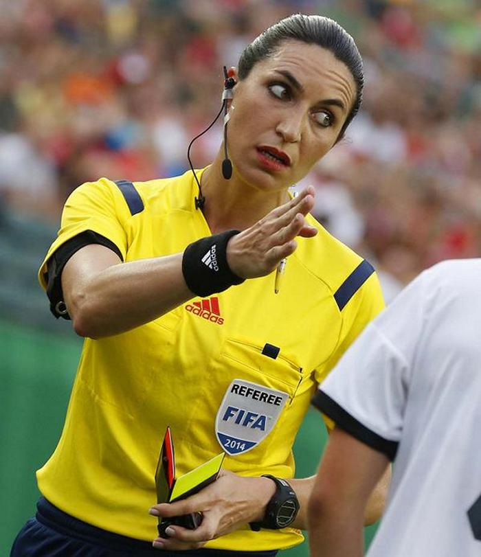 football-female-referee-h0t-funny-moments-10