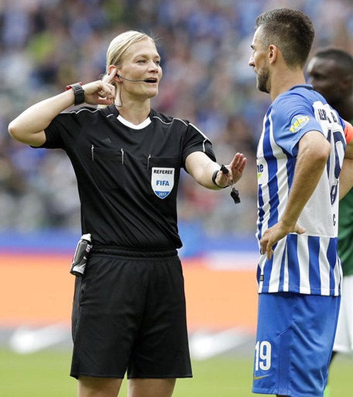football-female-referee-h0t-funny-moments-12