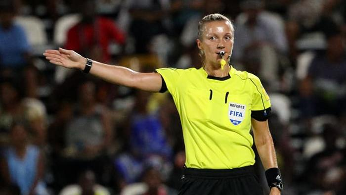 football-female-referee-h0t-funny-moments-17